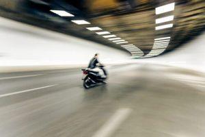 רוכב האופנוע נסע במהירות מופרזת והנאשם זוכה