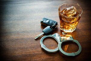 אלכוהול-ומפתחות-נהג-צעיר-רכב-על-השולחן